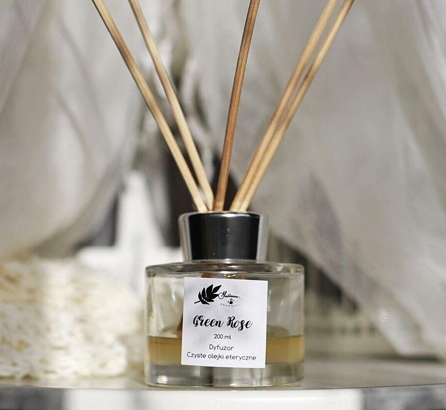 Zapach dyfuzora z patyczkami – jak wzmocnić zapach w domu?