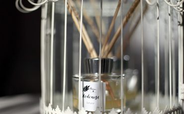 Efektywne dyfuzory zapachowe-karafki z perfumami i ceramiczne kule